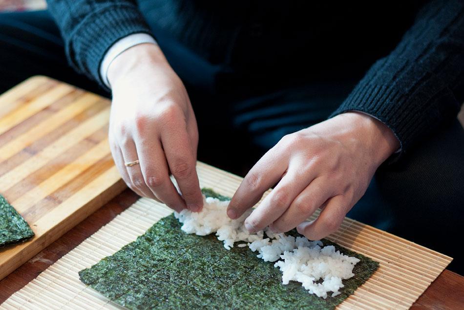 Японская кухня - готовим суши, делаем роллы (9)