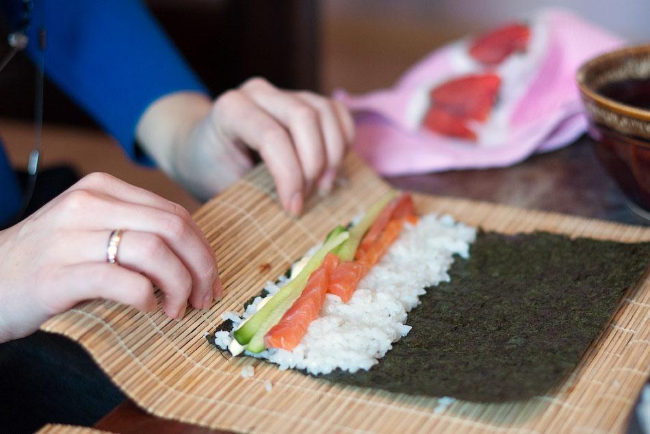 Японская кухня - готовим суши, делаем роллы (10)
