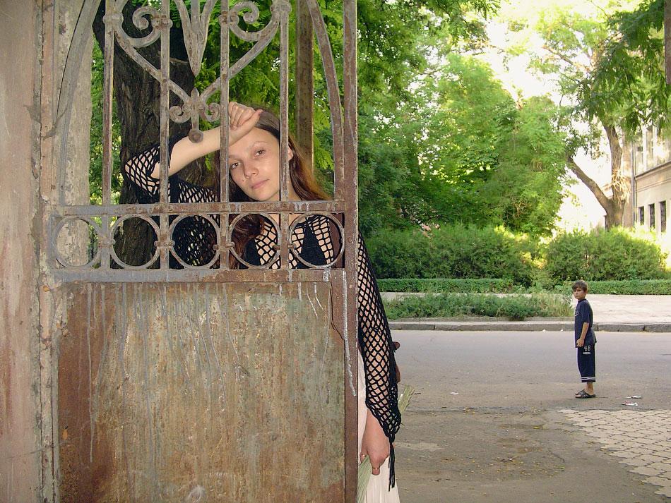 Полина у ворот (1)