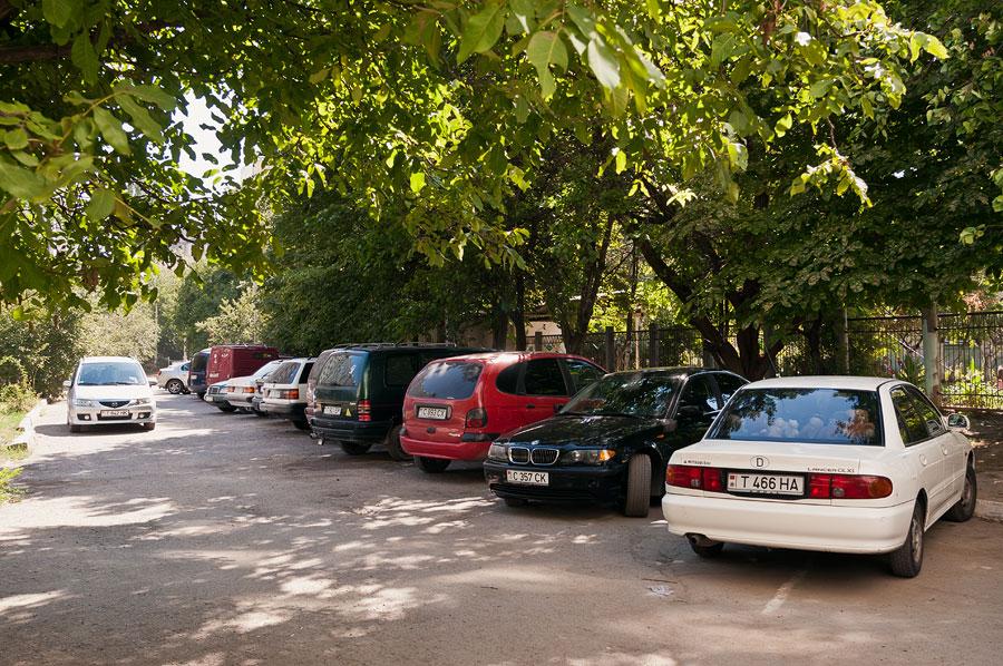 Автомобили во дворе дома в Тирасполе